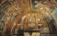 Fra santi e sovrani Lo splendore degli affreschi della cripta di Santa Margherita, scavata nel tufo nel XIII secolo, raffigurano episodi della vita della stessa Santa Margherita e il famoso Monito dei morti.