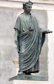 Orazio Flacco Nacque a Venosa nel 65 A.C. e di lui, gran maestro d'ironia e stile, rimane traccia in quella che la tradizione indica essere la sua casa.