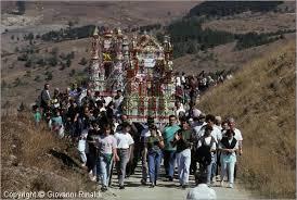 Disarmante pietà popolare Nel pellegrinaggio che da Avigliano sale a piedi al monte ancora moltissime testimonianze di fede popolare piuttosto rare a vedersi in giro.