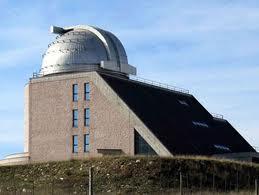 In alto, a sinistra, scorcio di Castelgrande, sede di un osservatorio astronomico che è possibile anche visitare. Sotto, a sinistra, scorcio del comune di Pescopagano.