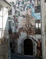 Arte su pietra Uno dei tanti murales che danno un tocco di arte e colore sia a Savoia che a Sant'Angelo.
